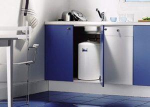 установка водонагревателя под мойкой
